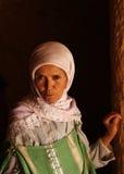 Traditioneel geklede vrouw in Tunesische woestijn Stock Afbeeldingen