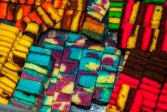 Traditioneel gemengd kleuren zoet biscuitgebak Een ongebruikelijk en Heerlijk dessert Borneo, Sarawak, Maleisië Royalty-vrije Stock Foto