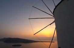 Traditioneel Grieks dorp, Oia, Santorini, zonsondergang met winmill Royalty-vrije Stock Foto