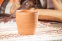Traditioneel handcrafted mok Stock Afbeeldingen