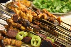 Traditioneel heerlijk Turks voedsel; vleespennencop sis stock foto's