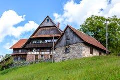 Traditioneel hout en steen alpien chalet royalty-vrije stock fotografie
