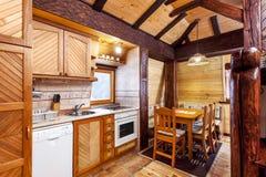 Traditioneel houten binnenland met lijst en inrichtingen - bergtoevlucht Royalty-vrije Stock Afbeelding