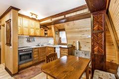 Traditioneel houten binnenland met lijst en inrichtingen - bergtoevlucht Royalty-vrije Stock Afbeeldingen