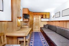 Traditioneel houten binnenland met lijst en inrichtingen - bergtoevlucht Stock Afbeelding