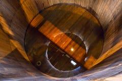 Traditioneel houten brijvat bij de enige distilleerderij van de moutwisky binnen stock afbeeldingen