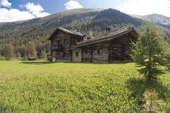 Traditioneel houten chalet in de Italiaanse Alpen stock foto's