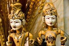 Traditioneel houten speelgoed van koning en koningin met douaneuniformen en kronen stock foto