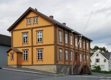 Traditioneel huis in de moderne straat van Tromso. Royalty-vrije Stock Afbeelding