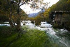 Traditioneel huis door de rivier stock afbeelding