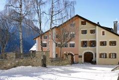 Traditioneel huis in Engadin stock foto's