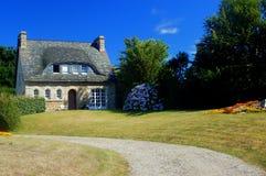 Traditioneel huis met tuin Royalty-vrije Stock Foto's