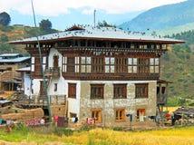 Traditioneel Huis Uit Bhutan in Landelijk Dorp Stock Afbeeldingen