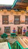 Traditioneel huis Uit Bhutan met godsdienstige fallusmuurschilderijen royalty-vrije stock foto
