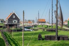 Traditioneel huizen Nederlands visserijdorp met netten die in wind drogen stock fotografie