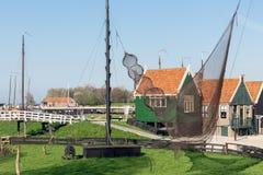 Traditioneel huizen Nederlands visserijdorp met netten die in wind drogen royalty-vrije stock fotografie