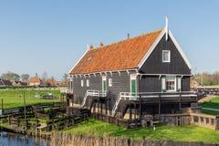 Traditioneel huizen Nederlands visserijdorp met netten die in wind drogen royalty-vrije stock foto