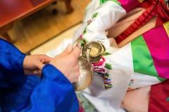Traditioneel huwelijk in Korea Handen van de bruidegom Royalty-vrije Stock Afbeelding