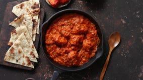 Traditioneel Indisch van de masala kruidig kerrie van kippentikka het vleesvoedsel in gietijzerpan stock footage