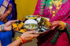 Traditioneel Indisch voedsel, Bengaals voedsel en Bengaalse huwelijksrituelen stock foto's