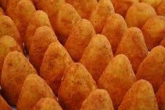 Traditioneel Italiaans keukenmaaltijd en straatvoedsel van Sicilië - arancini - voor verkoop in Kerstmisboxen overal in Italië stock afbeeldingen