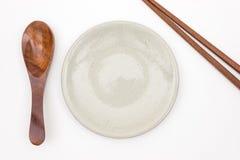 Traditioneel Japans houten eetstokje met houten lepel en whit royalty-vrije stock afbeelding