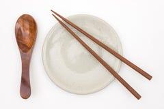 Traditioneel Japans houten eetstokje op witte ceramische plaat en royalty-vrije stock fotografie
