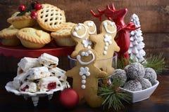Traditioneel Kerstmissnoepjes en partijvoedsel stock fotografie