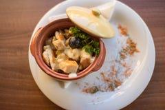 Traditioneel kippenvlees gediend met saus Stock Afbeelding