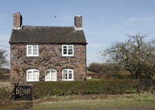Traditioneel klein Engels plattelandshuisje Stock Foto