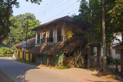 Traditioneel Konkani-huis dichtbij Kihim-strand, Alibag stock foto's