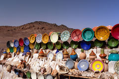 Traditioneel Marokkaans Aardewerk op de Markt Stock Fotografie
