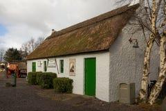 Traditioneel met stro bedekt plattelandshuisje kerry ierland stock foto's