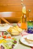 Traditioneel Mexicaans voedsel met een kom van nachos, een plaat van kuiken Royalty-vrije Stock Foto's