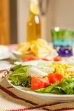 Traditioneel Mexicaans voedsel met een plaat van verse salade en een kom Stock Fotografie