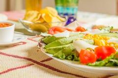 Traditioneel Mexicaans voedsel met een plaat van verse salade, nachos en Stock Afbeeldingen