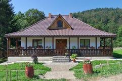 Traditioneel Moldavisch huis met portiek en tuin - Roemenië stock afbeeldingen