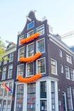 Traditioneel Nederlands huis verfraaid op Koningendag in Amsterdam Stock Afbeelding
