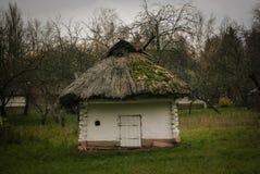 Traditioneel Oekraïens Houten Buitenhuis met Met stro bedekt Dak stock afbeelding