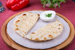 Traditioneel Oezbekistaans gebraden cheburek deeg stock foto