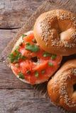 Traditioneel ongezuurd broodje met zalm en roomkaas hoogste meningsverticaal Royalty-vrije Stock Fotografie