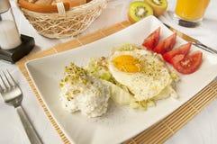Traditioneel ontbijt - gebraden eieren en kwark stock fotografie