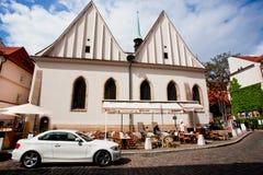 Traditioneel openluchtrestaurant voorbij oude huizen en auto Stock Afbeelding