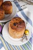 Traditioneel orthodox christelijk Pasen-voedsel kulich met rozijnen Royalty-vrije Stock Foto's