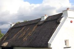 Traditioneel Oud Iers Plattelandshuisje stock afbeelding
