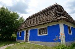 Traditioneel oud klei Oekraïens landelijk huis - hoeve Stock Afbeelding