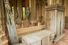 Traditioneel oud teak houten meubilair buiten de tempel van Hor Phra Keo en Museum in Vientiane, Laos royalty-vrije stock foto