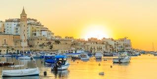 Traditioneel oud visserijdorp Marsaskala bij zonsopgang in Malta Stock Afbeeldingen