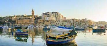 Traditioneel oud visserijdorp Marsaskala bij zonsopgang in Malta Stock Foto