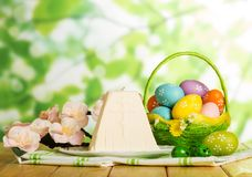 Traditioneel Pasen-kaasdessert, gekleurde eieren in mand en Ne royalty-vrije stock foto